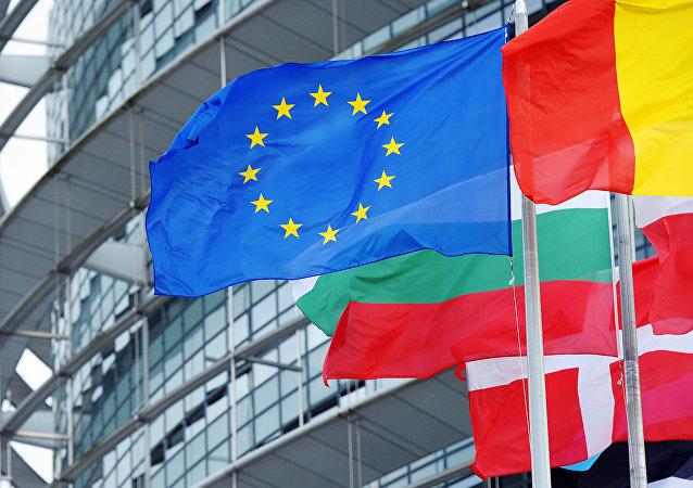 La bandera de la Unión Europea entre las banderas de los estados miembros de la comunidad