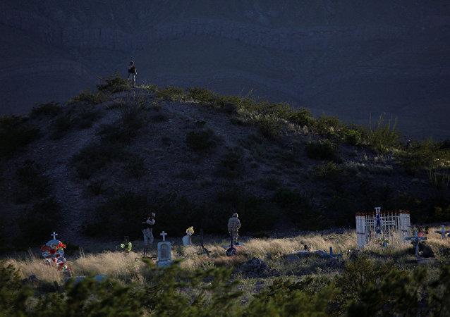 Soldados mexicanos examinan un cementerio