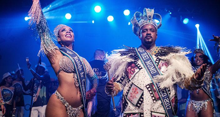 La ganadora del título de Reina de la Samba, Uillana Maria Alves Adaes, y el coronado Rey de la Samba, Momo Fabio Damiao dos Santos Antunes