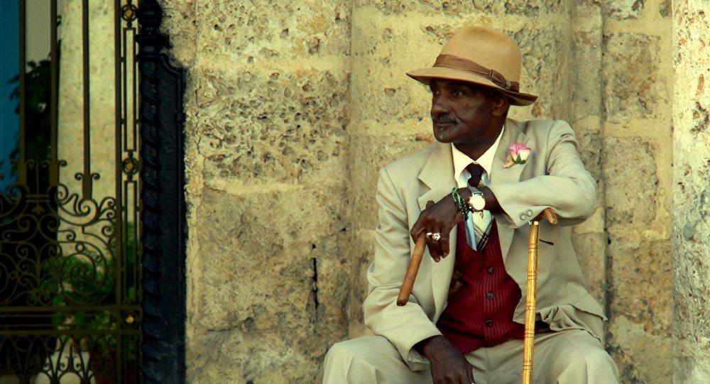 Un hombre con habano