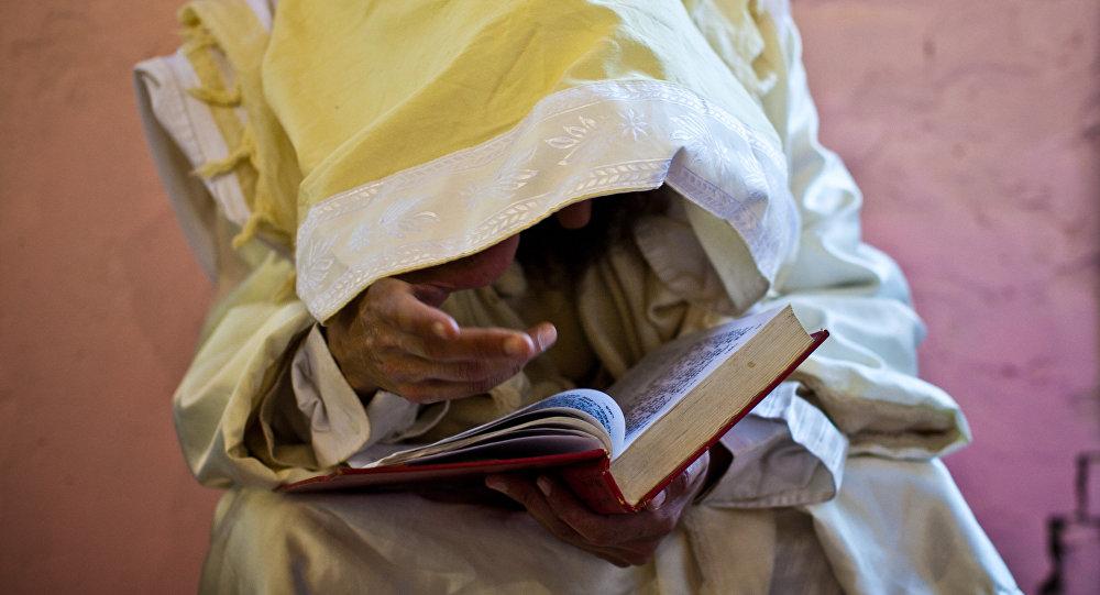 Persona leyendo la Torá