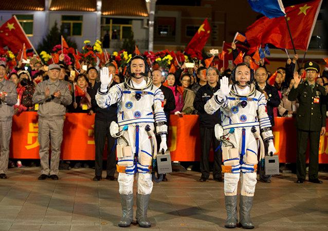 Astronautas chinos Chen Dong y Jing Haipeng antes del lanzamiento de la Shenzhou-11