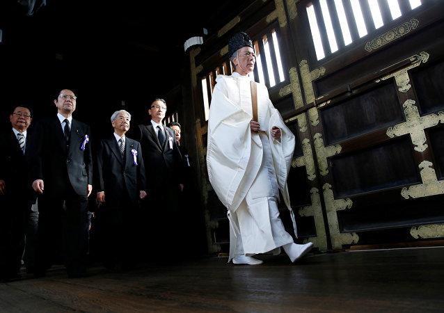 Parlamentarios japoneses visitan el templo de Yasukuni, el 18 de octubre de 2016