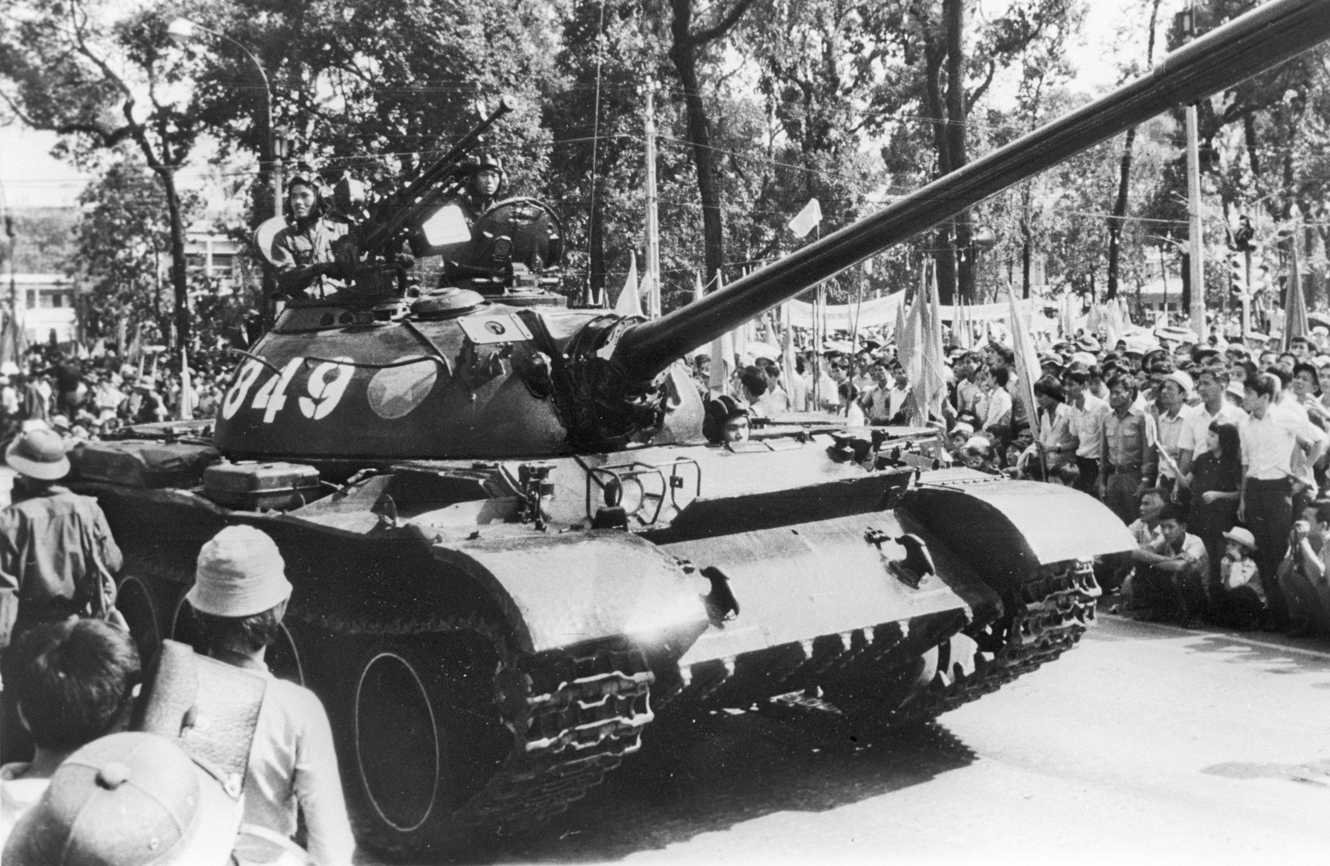 El desfile de las tropas blindadas con motivo de la liberación de Vietnam del Sur