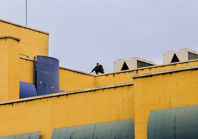 Un policía inspecciona el techo del edificio del Centro de Internamiento