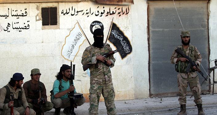 Rebeldes cerca de la simbólica de Daesh en la provincia de Alepo, Siria