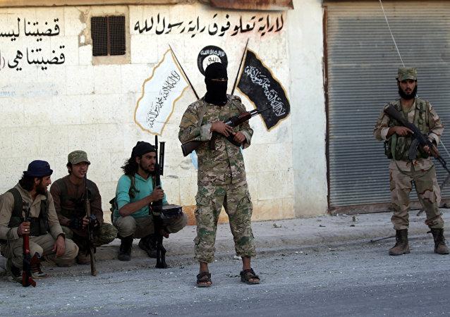 Los combatientes de los grupos armados cerca de la simbólica de Daesh en la provincia de Alepo, Siria