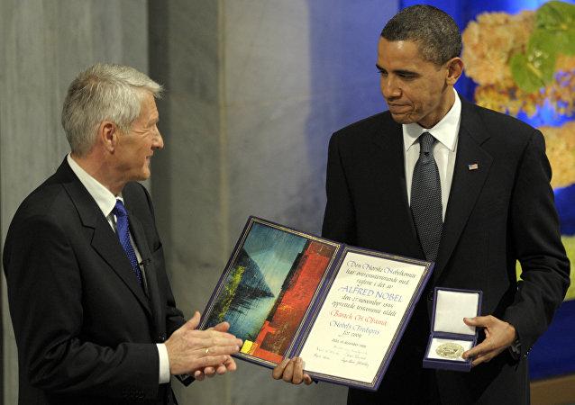 Presidente del Comité noruego del Premio Nobel Thorbjorn Jagland le concede el premio Nobel de la Paz al presidente Obama