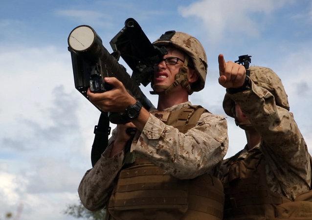 Militar estadounidense con un sistema de misiles antiaéreo Stinger