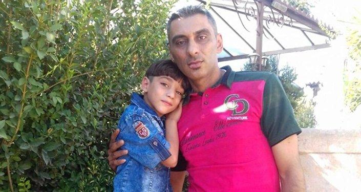 Alaa Al-Khaderi, padre de la familia con su hijo fallecido durante el incendio