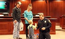 Conmovedor vídeo muestra cómo un policía reaviva a un niño