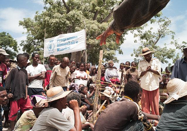 Personas esperan la distribución de comida en el sur de Madagascar (archivo)