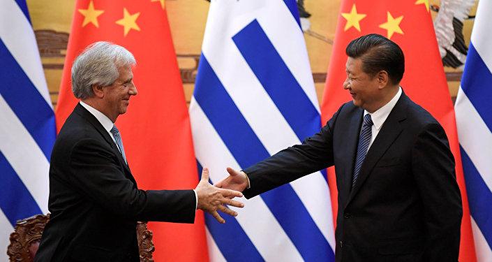 Tabare Vazquez, presidente de Uruguay, con su homólogo chino Xi Jinping