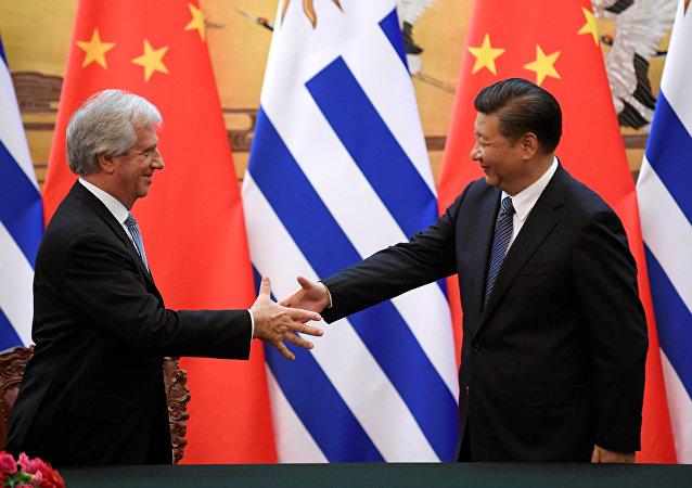 El presidente de China, Xi Jinping, y el presidente de Uruguay, Tabaré Vázquez (archivo)