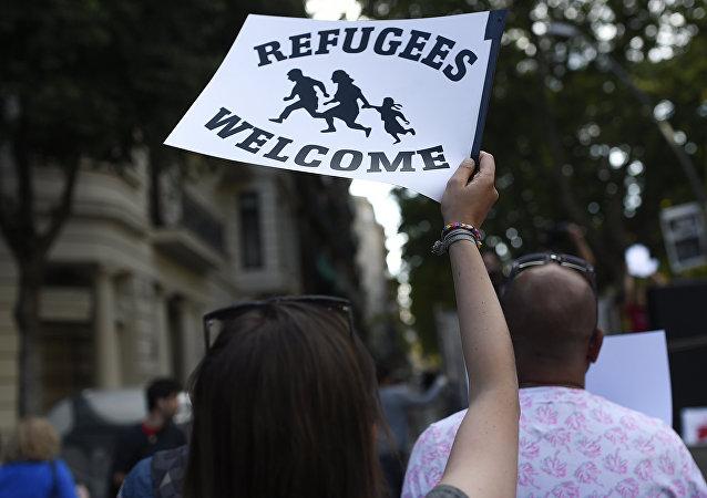 Personas se manifiestan a favor de acoger a refugiados