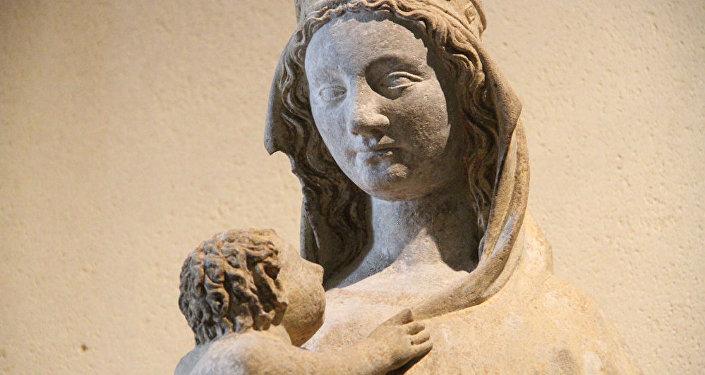 Una escultura del niño Jesús y la Virgen María