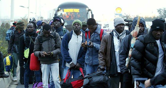 Los refugiados antes del inicio de la evacuación del campo de refugiados en Calais