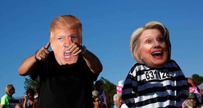 Máscaras de la candidata presidencial del gobernante Partido Demócrata de EEUU, Hillary Clinton, y candidato republicano, Donald Trump