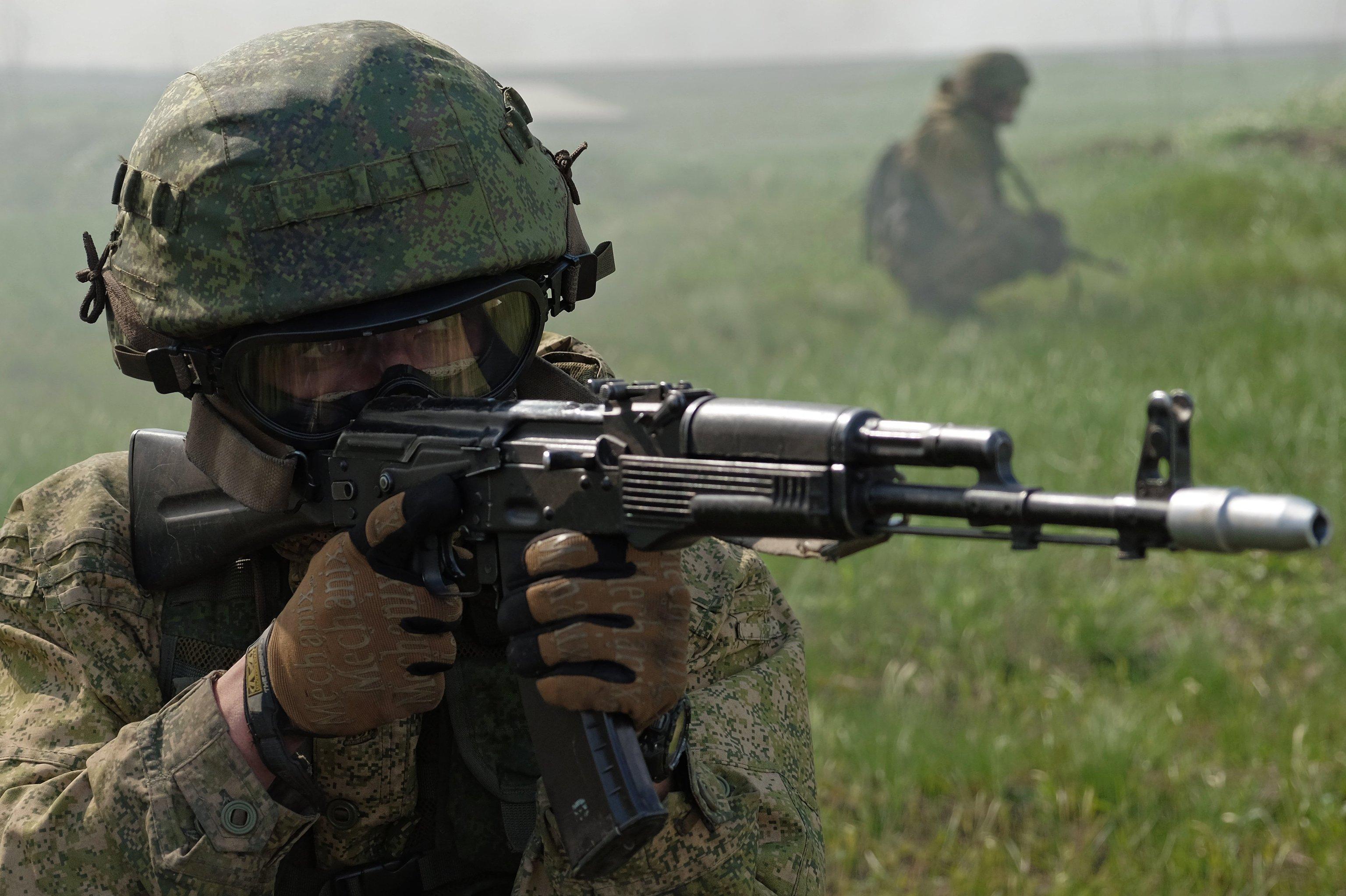 Un militar de la división especial durante las pruebas en la base del Centro de formación de la Tercera brigada de las Fuerzas Especiales