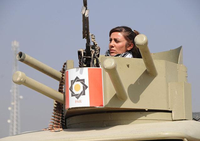 Una combatiente de la unidad femenina de los Peshmerga