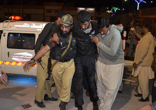 Los voluntarios y los policías pakistaníes ayudan a trasladar a un herido a un hospital de Quetta