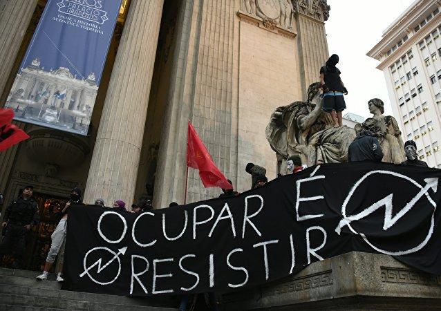 Manifestación de los estudiantes y maestros en Río de Janeiro, Brasil