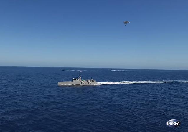 El buque de guerra antisubmarino autónomo de Darpa remolca una carga