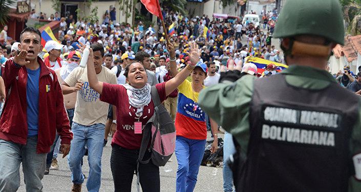 Protesta de oposición venezolana en las calles de San Cristobal