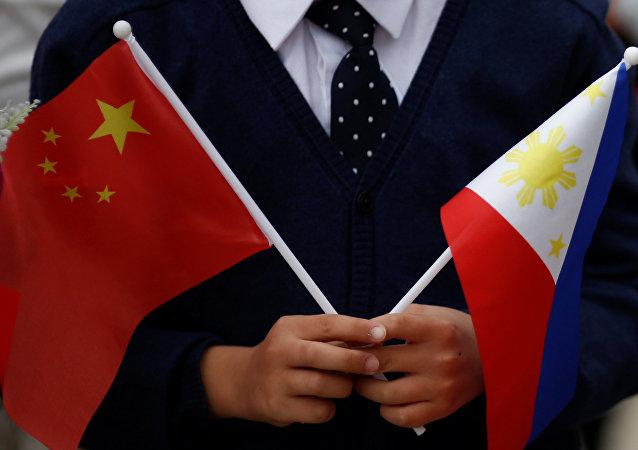 Las banderas de China y las Filipinas