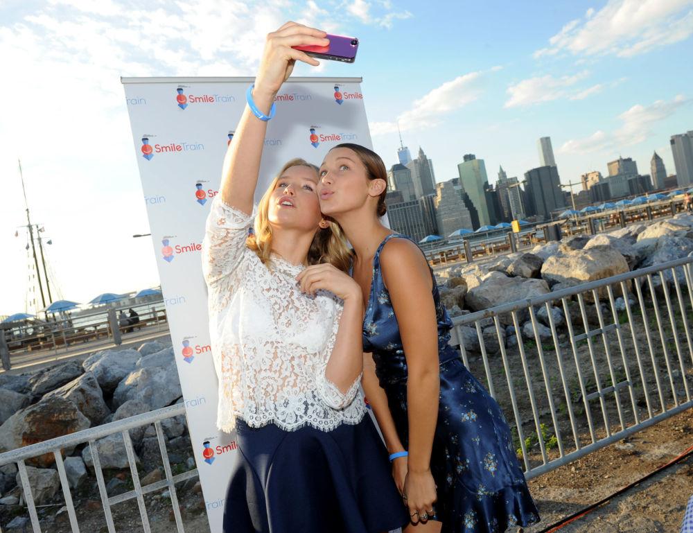 La modelo Sailor Brinkley Cook posa al lado de Bella Hadid