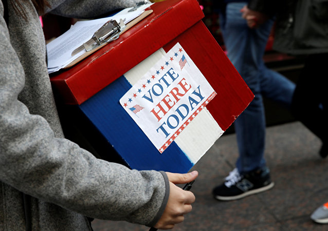 Un voluntario aguanta una caja fuera de la Torre Trump en la ciudad de Nueva York