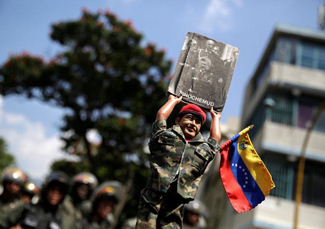 Seguidores de Nicolás Maduro participan en una concentración enfrente de la Asamblea Nacional