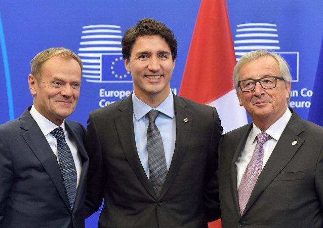 El presidente del Consejo Europeo, Donald Tusk, el primer ministro de Canadá, Justin Trudeau, el presidente de la Comisión Europea, Jean-Claude Juncker.