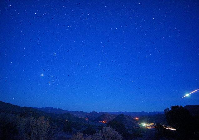 Un meteorito en el cielo, imagen referencial