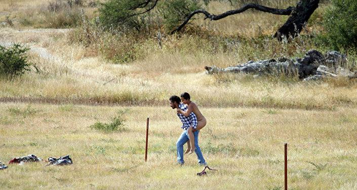 Un hombre lleva a una mujer a la zona del montaje en San Miguel de Allende