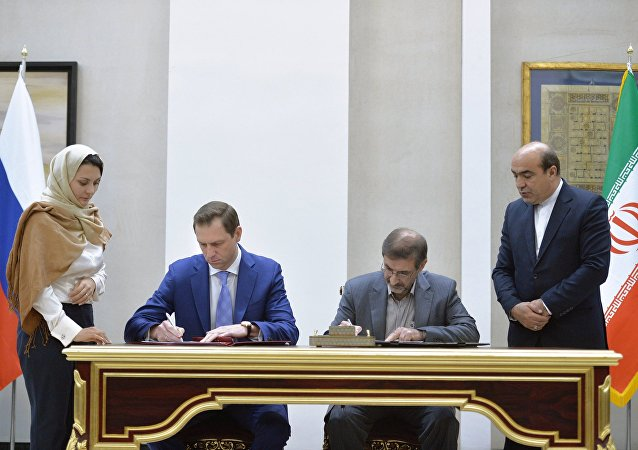 Román Panov, el jefe de la compañía Rosgeologia, firma acuerdo con la parte iraní (archivo)
