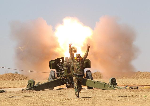 Los efectivos de las Fuerzas de Movilización Popular disparan un cañón contra las posiciones de Estado Islámico (archivo)