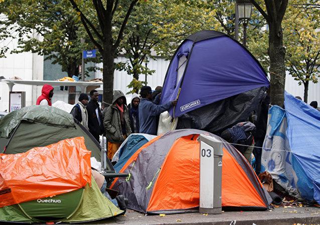 Un campamento de inmigrantes ilegales en París, Francia (archivo)