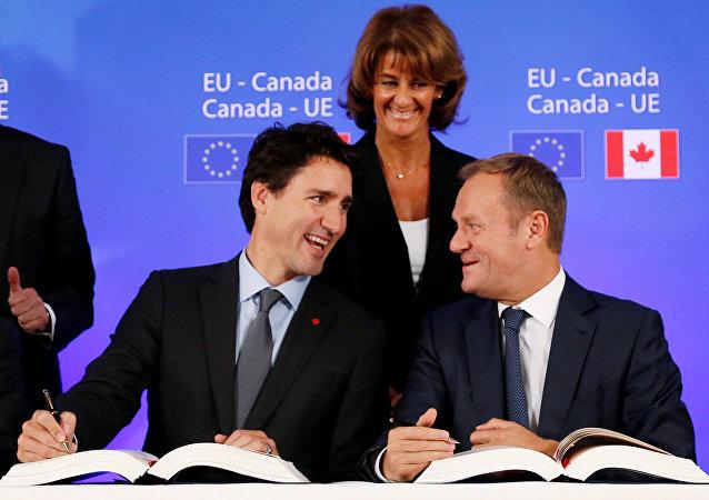 El primer ministro de Canadá, Justin Trudeau y el presidente del Consejo Europeo, Donald Tusk
