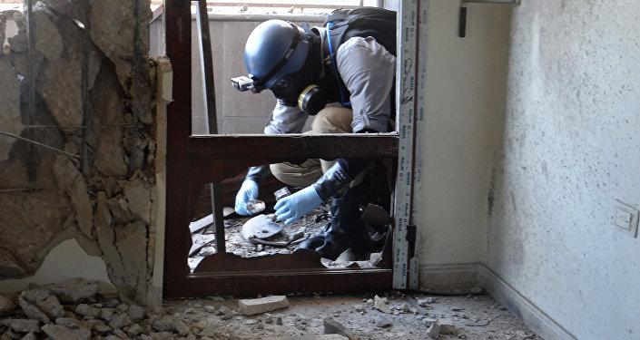 Un experto en armas de la ONU recoge ejemplares en Damasco