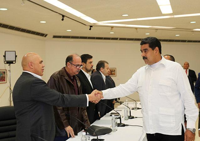 Secretario de la MUD, Jesús Torrealba, y presidente de Venezuela, Nicolás Maduro