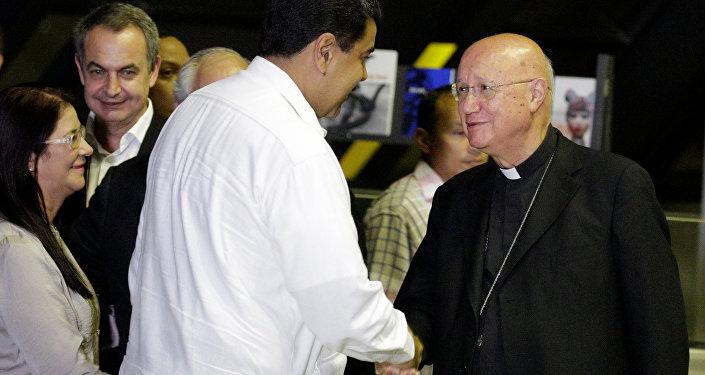 Nicolás Maduro, el presidente de Venezuela, saluda a Claudio María Celli, representate de Vaticano