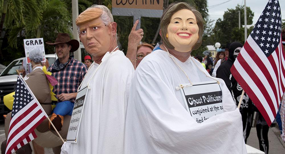 Dos personas disfrazadas de Donald Trump y Hillary Clinton