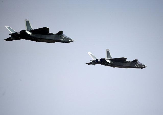 Dos cazas polivalentes chinos Chengdu J-20