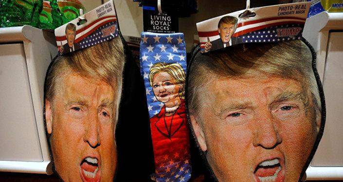 Imágenes de Donald Trump y Hillary Clinton en máscaras y calcetines