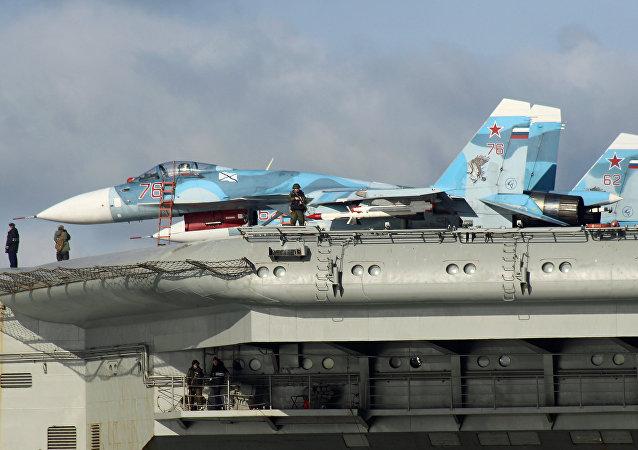 Los aviones Su-33 a bordo del portaviones Almirante Kuznetsov