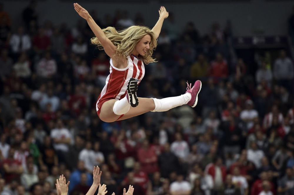 Las 'cheerleaders' del equipo de fútbol Denver Broncos durante el partido contra los San Diego Chargers. Denver (Colorado, EEUU)