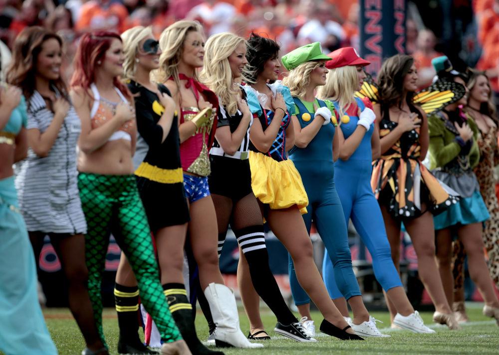 Las 'cheerleaders' del equipo de fútbol americano Denver Broncos, disfrazadas de Halloween durante el partido contra los Diego Chargers. Denver (Colorado, EEUU)
