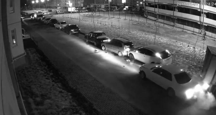 #EpicFail: un conductor destroza 13 autos al aparcar