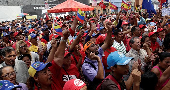 Partidarios del presidente de Venezuela, Nicolás Maduro, fuera del edificio de la Asamblea Nacional en Caracas el 1 de noviembre de 2016